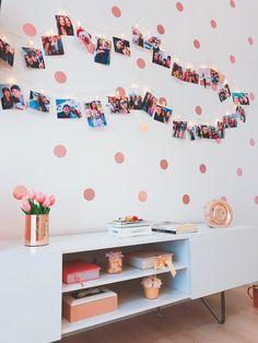 Parede de bolinhas no quarto rose gold com mural de fotos