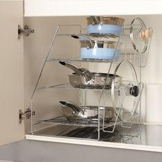 シンク下のキッチン収納にプロの技、奥まで使いやすいフライパンラック。少ないスペースを有効に使うフライパン・鍋ラックです。シンク下やコンロ下のスペースに。ディノスおすすめのシンク下収納です。