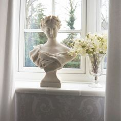 Inject a dab of Grecian style into your décor with this fabulous bust. If you only opt for one accessory make it this one. Looks simply stunning next to a bunch of fresh flowers.