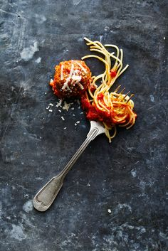 pasta with meatballs Think Food, Love Food, Food Styling, Dark Food Photography, Gabel, Food Design, Food Pictures, Food Inspiration, Gastronomia