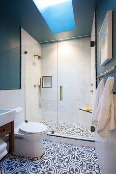 Trendy bathroom tiles black and white shower floor ideas White Tile Shower, Shower Floor, Blue Bathroom, Bathroom Tile Designs, Trendy Bathroom Tiles, Black Bathroom, Shower Floor Tile, Black And White Tiles, White Bathroom