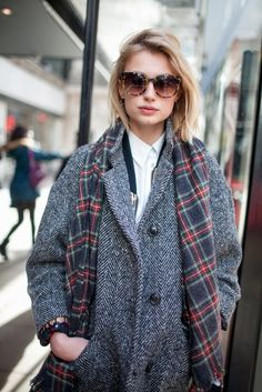 Manteau boyfriend en tweed + écharpe écossaise + chemise blanche = le bon look boyish à shopper >> http://www.taaora.fr/blog/post/look-style-british-manteau-masculin-tweed-chevrons-col-tailleur-echarpe-carreaux-ecossais