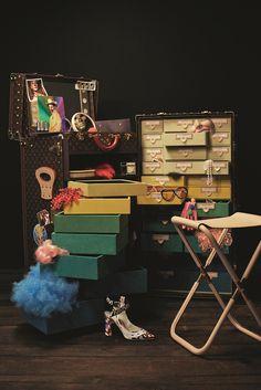 (c) Louis Vuitton/Johnny DufortCreative direction by Robert Lussier and Mia ForsgrenStyled by Carine RoitfeldModel: Julia Nobis CINDY SHERMAN「自分自身のトランクが欲しい」という想いから、ミニサイズの移動スタジオとしても使える機能的なトランクをクリエート。上部から取り外せるヴァニティケースが組み込まれ、カメラ用メッセンジャーバッグ(別売り)も誕生。シンディが飼っているオウムを想起させるカラースキームのトランクには、世界中を旅してきたようにステッカーを貼り付けた。