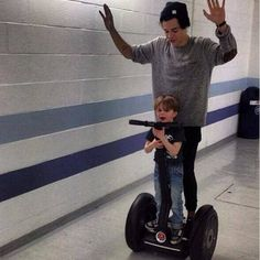 Harry styles cruises backstage on segway with young one direction Harry Styles Baby, Harry Edward Styles, Harry Styles Lindo, Harry Styles Fotos, Harry Styles Mode, Harry Styles Pictures, Harry Styles Family, Young Harry Styles, Harry Styles Girlfriend