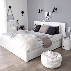 What a gorgeous bedroom! Love the white, grey and pink combo! Image @kajadtef