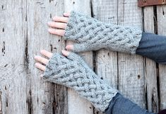 Make a pair of Celtic cable fingerless gloves with this free knitting pattern. The Celtic cable knitting stitch is perfect for these Outlander mitts. Outlander Knitting Patterns, Beginner Knitting Patterns, Free Knitting, Cable Knitting, Knitting Tutorials, Knitting Ideas, Minecraft Pixel Art, Fingerless Gloves Knitted, Knit Mittens