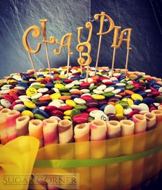 Tarta de cumpleaños para los 3 de Claudia de bizcocho de madalena relleno de ganache de chocolate con leche y fresa #lacasitoscake #birthdaycake #besweet #cumpleañosfeliz #sugarcorner #lacasitos