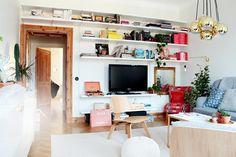 en bokhylla i ett vardagsrum.
