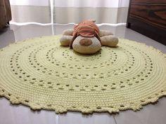 Lindo tapete em crochê amarelo bebê , medindo 1 metro de diâmetro. Confeccionado com barbante de qualidade. Este tapete e um charme.