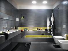 une salle de bains avec un carrelage gris foncé et une mosaïque jaune