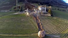 Steinschlag Tramin: Gigantische Luftaufnahmen | salto.bz Dramatic imagery shows the extent of the damage following the landslide on 21 January in Tramin-an-der-Weinstrasse, in Alto Adige in northern Italy – a German speaking part of the country.