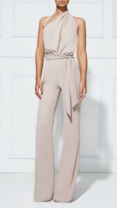 Stylish jumpsuit, perfect for office wear or as a casual outfit. Jumpsuit Elegante, Elegant Jumpsuit, Tailored Jumpsuit, Wedding Pants, Wedding Jumpsuit, Wedding Dresses, Look Fashion, Womens Fashion, White Fashion