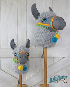 Sewing Toys Llama Ride-On Toy Stick Horse Hobby Horse - Sewing Patterns at Makerist - This is my Llama Ride-On Toy, think 'stick horse / hobby horse'.but as an adorable llama! I created this design in the fall of Released April 2017 in a Sewing Pattern Sewing Toys, Sewing Crafts, Sewing Projects, Craft Projects, Alpacas, Stick Horses, Marionette, Hobby Horse, Ride On Toys