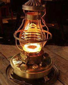 ニッセンのストーブといえば、オレンジ色の炎も特徴的です。波形のガラスから覗く炎は明るく、20Wの電球に相当するほどの明るさなのだとか。読書もできる明るさですよ。 Oil Heater, Kerosene Heater, Bushcraft Gear, Camping Stove, Oil Lamps, Light Up, Lanterns, Table Lamp, Interior