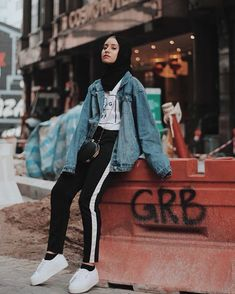 hijab casual teen jeans hijab casual teen jeansThe actual scarf is the central bit while in the cl Hijab Casual, Ootd Hijab, Hijab Fashion Casual, Street Hijab Fashion, Hijab Chic, Muslim Fashion, Casual Chic, Casual Jeans, Casual Outfits