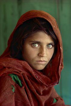 Las mejores fotografías de Steve McCurry.  «La muchacha afgana»  Conocida como «la muchacha afgana», una refugiada de inquietante mirada se convirtió en un icono de la fotografía. Cuando en 1984 Steve McCurry la retrató en un campo de refugiados de Pakistán, nunca antes le habían hecho una foto.  - National Geographic en español.