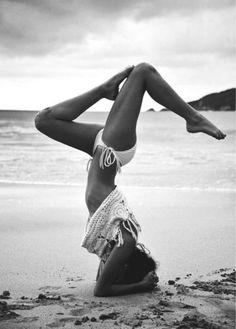 zwart-wit, strand, kopstand