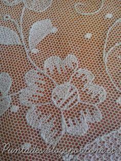 En esta foto se muestra una forma de relleno utilizando el punto de ida y vuelta por la misma línea de celdillas del tul, sin llegar nunca... Tambour Embroidery, Basic Embroidery Stitches, Hungarian Embroidery, Bead Embroidery Patterns, Embroidery Techniques, Ribbon Embroidery Tutorial, Point Lace, Lace Making, Bobbin Lace
