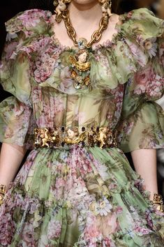 & Gabbana / Fall 2018 -Dolce & Gabbana / Fall 2018 - 111 Looks From Dolce & Gabbana Fall 2018 MYFW Show – Dolce & Gabbana Runway at Milan Fashion Week Dolce & Gabbana Tiered Floral Blouse Haute Couture Style, Couture Mode, Couture Fashion, Runway Fashion, Womens Fashion, Milan Fashion, Couture Details, Fashion Trends, Autumn Fashion 2018
