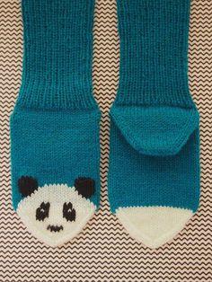Sukat (koko n. 22-23) Tarvitset: - Taito Pirkanmaan Kirjo-Pirkka -lankaa petroolin sinistä n. 30g, valkoista n. 5g ja mustaa n. 2g, ... Knitting Charts, Baby Knitting Patterns, Loom Knitting, Knitting Socks, Hand Knitting, Crochet Socks, Knitted Slippers, Diy Crochet, Simply Knitting