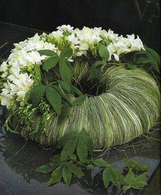 Grass and white flower wreath Art Floral, Deco Floral, Floral Design, Funeral Arrangements, Flower Arrangements, Floral Arrangement, Ikebana, Funeral Flowers, Wedding Flowers