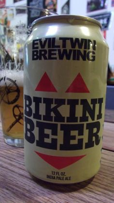 Cerveja Evil Twin Bikini Beer, estilo American Pale Ale, produzida por Evil Twin Brewing, Dinamarca. 2.7% ABV de álcool.