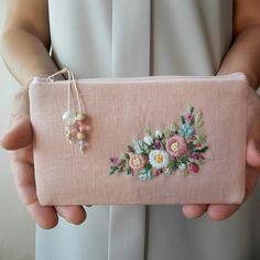 刺繍のフラットポーチ(ピンクとパープルの花) - MyKingList.com