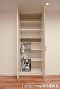 写真:掃除機のホースを外さず収納できる「ユーティリティスペース」。奥行きの浅い棚板を設置すれば、手前はホースのための空きスペース、奥は小物の収納スペースに(画像提供:阪急不動産株式会社)