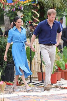 Meghan looked beautiful in her Veronica Beard dress Estilo Meghan Markle, Meghan Markle Stil, Prince Harry And Megan, Harry And Meghan, Royal Fashion, Love Fashion, Modest Fashion, Cotton Dresses, Blue Dresses
