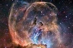 Nebulosa NGC 3576. Esta bela nebulosa é um grande berçário estelar, filamentos são moldados pelo vento expelido da nebulosa e das estrelas massivas. As cores revelam enorme quantidade de enxofre, hidrogênio e oxigênio. Esta nebulosa tem cerca de 100 anos-luz de diâmetro, está bem próximo à nebulosa Eta Carinae. Situa-se à 9.000 anos-luz da Terra.