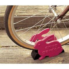 ウサギのモチーフがかわいい鋳鉄製の自転車ストッパー。自転車をまっすぐキープでき、スペースを確保できます。ドアストッパーとしても使えます。