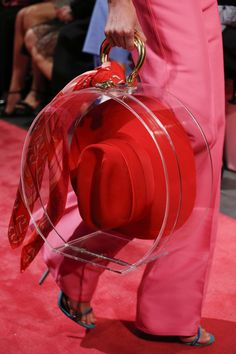We all know what we have to expect from the Met Gala. But this Met Gala 2019 brought things to a whole new level. This Met Gala 2019 Theme was all about the ext Spring Fashion Trends, Milan Fashion Weeks, Summer Trends, Autumn Fashion, Summer Ideas, Fashion Ideas, Red Fashion, Cheap Fashion, Runway Fashion