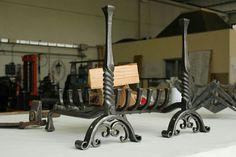 Alari in ferro forgiato con griglia porta legna
