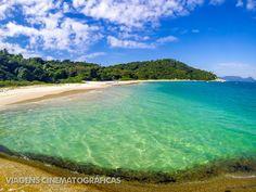 Uma das melhores praias da ilha de Floripa fica em outra ilha menor: a ilha do Campeche. Confira essas e outras praias no nosso ranking das melhores praias de Santa Catarina e Florianópolis