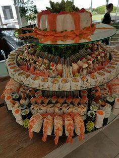 Sushi cake♡ I need Sushi Buffet, Sushi Platter, Sushi Cake, Sushi Party, Sushi Sushi, Sushi Rolls, Sushi Recipes, Food Platters, Comfort Food