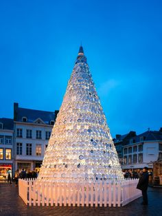 Inge Vanluyd y Stefan Vanbergen de la agencia Mooz, han diseñado este árbol navideño realizado con platos y tazas de porcelana traidos por los residentes de la ciudad de Hasselt.