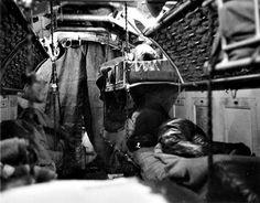 Vue du compartiment couchette de l'Unterseeboot 7 (U-7) de type II.B. On peut voir derrière le rideau le couvercle du tube lance-torpilles inférieur | por ww2gallery