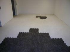 Das verlegen der PVC Bodenplatten sollte z.B. wie hier gezeigt mit einem pyramidenförmigen Aufbau gemacht werden. Garage Boden, Home Decor, Homemade Home Decor, Decoration Home, Interior Decorating