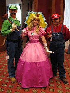Princess Peach, Mario and Luigi cosplay Princess Peach Cosplay, Princess Peach Costume, Mario And Princess Peach, Peach Mario, Super Mario Costumes, Mario And Luigi Costume, Mario Cosplay, Halloween Kostüm, Halloween Cosplay
