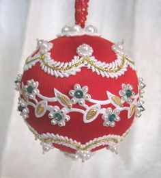 265 CB Red Nostalgia Beaded Ornament - inspiration only Christmas Crafts For Gifts, Beaded Christmas Ornaments, Handmade Christmas, Craft Gifts, Christmas Trees For Kids, Christmas Cover, Christmas Bulbs, Pearl Crafts, Homemade Ornaments