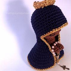 """Amigurumi d'amour 🧸 no Instagram: """"Oi, pexual! ✨ . Hoje é dia de um post muito amorzinho dessa encomenda de Nossa Senhora Aparecida da @camilarnetto para a avózinha dela…"""" Crochet Hats, Instagram, Fashion, Amigurumi, Love, Knitting Hats, Moda, Fashion Styles, Fashion Illustrations"""