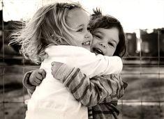 Un abrazo es una de las manifestaciones físicas de AFECTO y de CARIÑO más extendidas en el mundo Dar un abrazo (junto con el beso, la caricia y tomar la mano) es una de las muestras de afecto y amo…