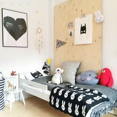 A cute room, especially like the plywood behind the bed. No holes on walls. Clever.