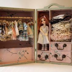 Pretty doll set. I wish I had something like this! ^-^