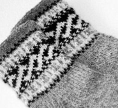 Valmuesokker & Poppy socks pattern by Cecilie Kaurin and Linn Bryhn Jacobsen Knitting Socks, Knitted Hats, Fair Isles, Drops Design, Mittens, Ravelry, Knitting Patterns, Weaving, Beanie