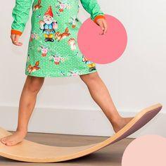 Jetzt wo die Tage kühler und auch wieder kürzer werden wird das Kultobjekt wieder aktuell!  Der Wobbel fördert das Spiel, das Gleichgewicht sowie die eigenen Kräfte und unterstütz spielerisch das Körpergefühl und die Balance. Zudem ist er zeitlos und wird auch nach Jahren noch geliebt. Der Wobbel macht Kinder kreativ. Er lässt sich als Stufe benutzen, um beispielsweise in der Küche mitzuhelfen. Oder als Tischchen. Es gibt so viele Ideen… Kinder entdecken die unendlichen Möglichkeiten vom… Lily Pulitzer, Dresses, Fashion, Swings, Baby & Toddler, Game, Products, Creative, Ideas