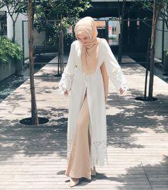 Plain Kimono Cardigan Fashion Inspirations for Hijabies – Girls Hijab Style & Hijab Fashion Ideas Hijab Style Dress, Hijab Chic, Hijab Outfit, Abaya Fashion, Cardigan Fashion, Modest Fashion, Kimono Cardigan, White Abaya, Simple Wedding Gowns