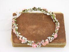 Ein romantischer Blumenkranz mit wundrschönen Blüten und Blättern.
