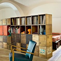 This is the home of an Italian architect who had the idea to use salvaged wooden crates in the interior design to create modular furniture. Old Crates, Wooden Crates, Wooden Boxes, Wine Crates, Modular Furniture, Diy Furniture, Crate Bookcase, Bookshelf Wall, Ikea Bookcase