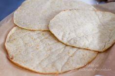 Tortilla LCHF @ 56kilo –  3 stora tortillas:  2 dl mjölk 2 ägg 50 g riven ost 2 msk fiberhusk 1,5 dl pofiber 1 tsk bakpulver 2 krm salt olja Sätt ugnen på 200 g. Värm mjölken så den blir ljummen. Vispa ihop ägg, riven ost och mjölk. Blanda de torra ingredienserna och vispa ner. Blanda ihop allt till en deg och låt svälla i 10 minuter. Ta en stor klump och lägg på bakplåtspapper som du penslat med olja. Lägg plastfolie ovanpå och kavla sedan ut till en 3 mm platta. a av i 10 minuter.